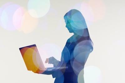 _img-woman-using-computer-04