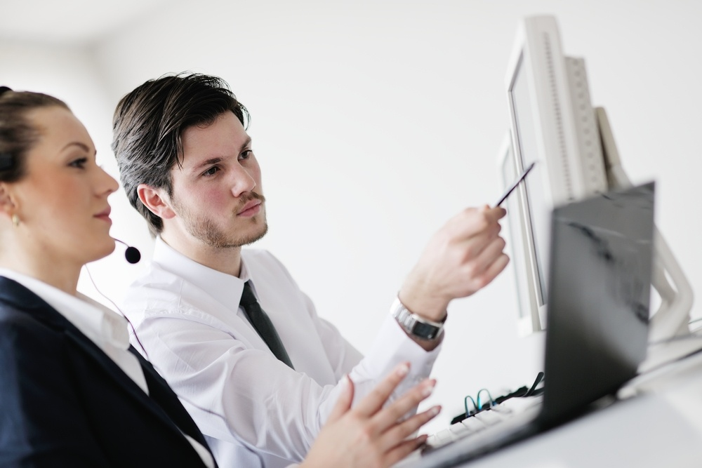 img-two-people-talking-in-front-of-computer-2